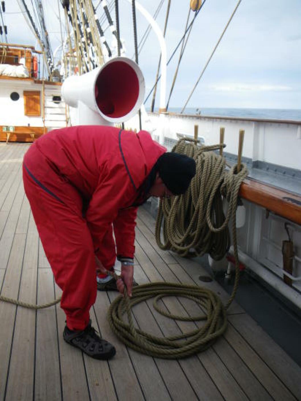 <strong>SKVÆRE OPP:</strong> Slik skal det gjøres, det er mye å holde holde orden på om bord. Foto: KIRSTEN MARGRETHE BUZZI