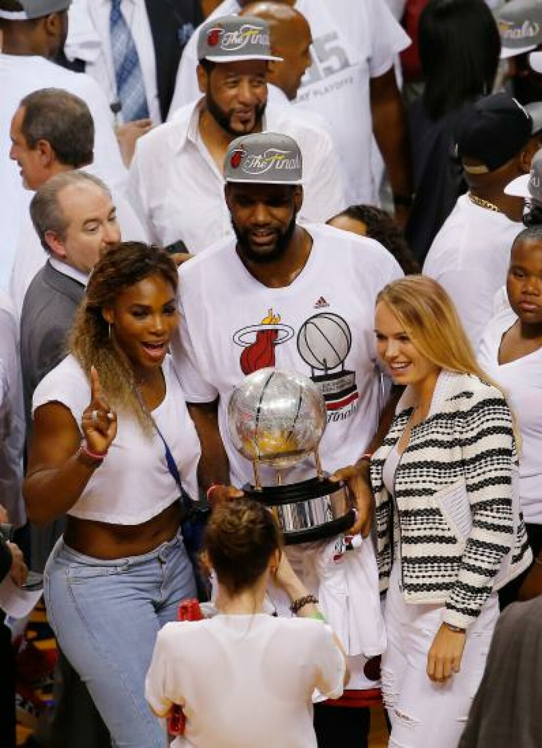 <strong>PÅ KAMP:</strong>  Serena Williams og Caroline Wozniacki så Miami Heat slå Indiana Pacers i NBA. Foto:   Chris Trotman/Getty Images/AFP