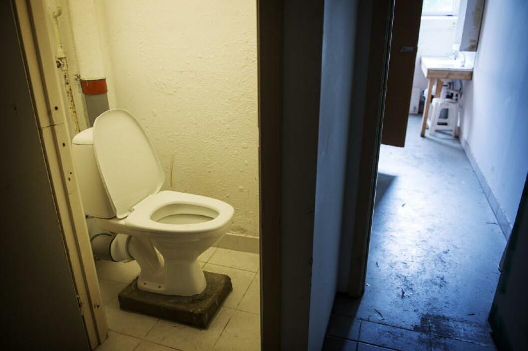 <strong>TOALETT:</strong> Dette var et av toalettene i hybeletasjen. Foto: Benjamin A. Ward / Dagbladet