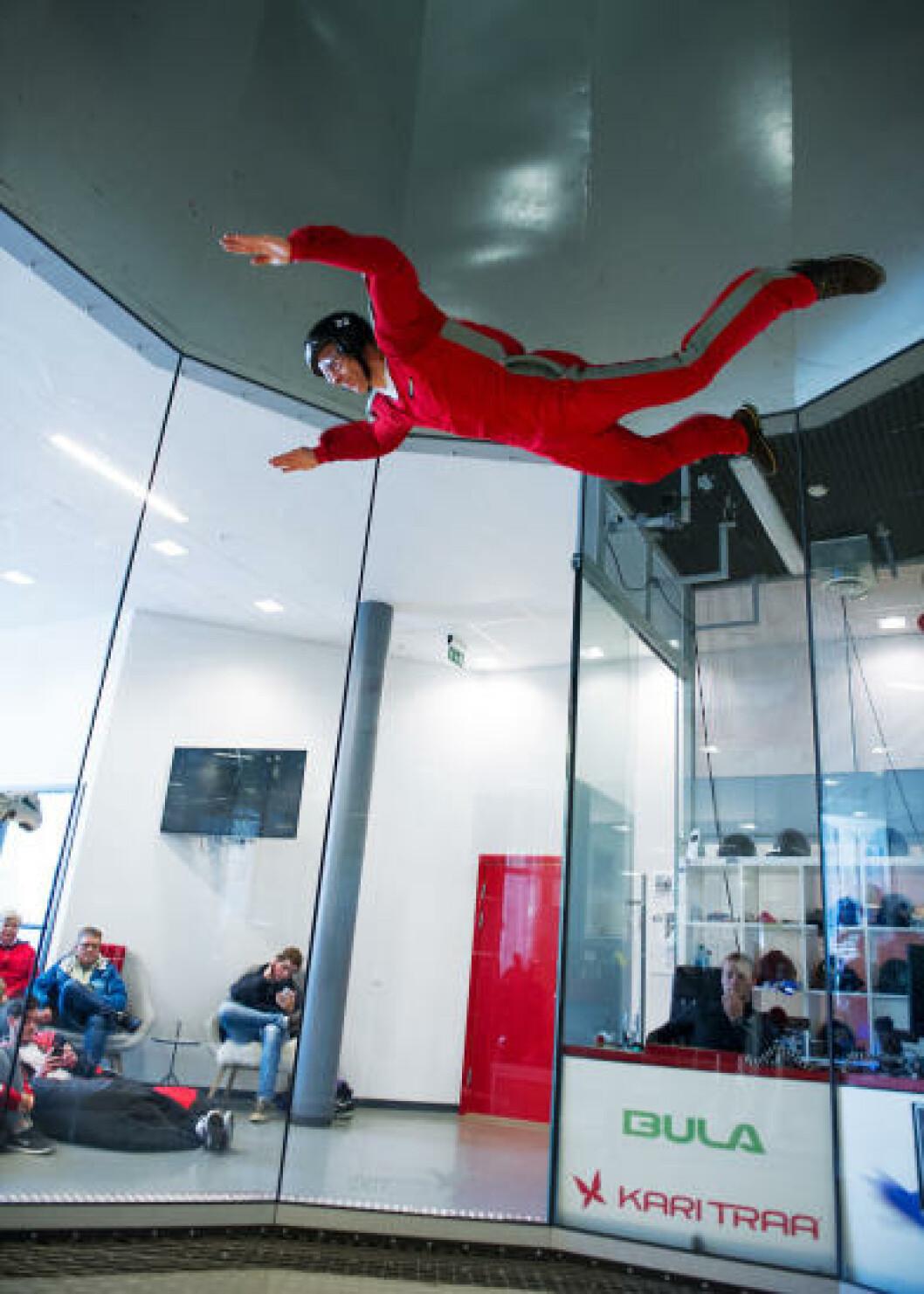 <strong>INNENDØRS FALLSKJERMHOPPING:</strong>  Lurer du på hvordan det er å ligge i fritt fall i et fallskjermhopp?  På Voss kan du oppfylle drømmen, i vindtunnel.  Aldersgrensen er ikke høyere enn fem år, så her kan de fleste få seg en luftig opplevelse. Foto: FRØYDIS ASP ORMAASEN