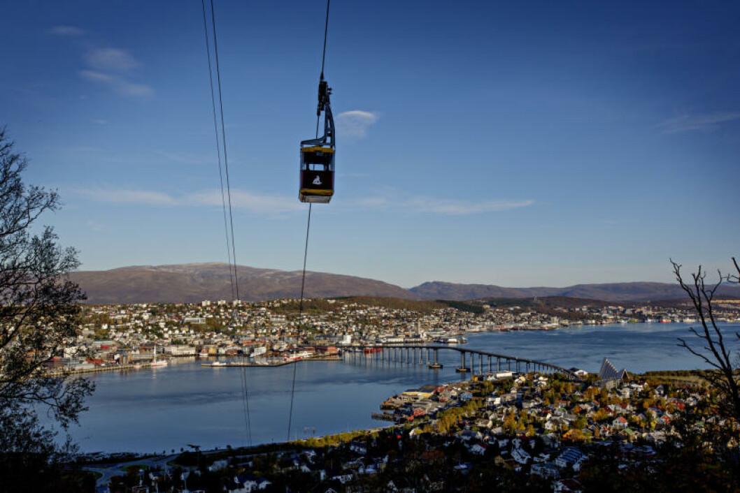 <strong>FJELLHEISEN:</strong> Banen er en pendelbane som tar deg 421 meter opp mot Storsteinen med utsikt over Tromsø by. Åpent til etter midnatt i august. Foto: ANITA ARNTZEN