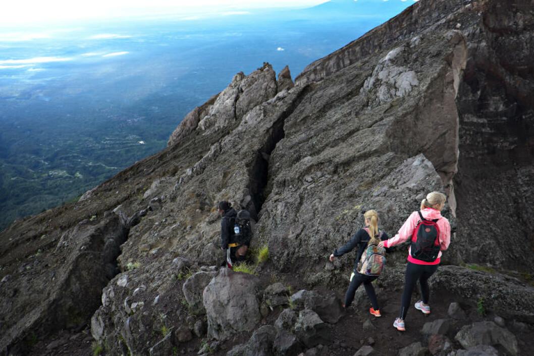 GÅ FORSIKTIG: Bratt og tidvis glatt nedtur fra vulkanen, men så lenge vi går tett og sakte kommer vi hele ned. Foto: ANITA ARNTZEN