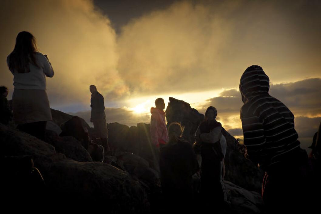 LIKE FØR: Like før 06.30 trenger solen gjennom skyene ved Mt. Agung. Foto: ANITA ARNTZEN