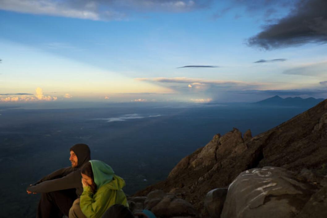 UTSIKT: De første strimer av lys over Bali på morningen. Utsikten er vel verdt turen. Foto: ANITA ARNTZEN