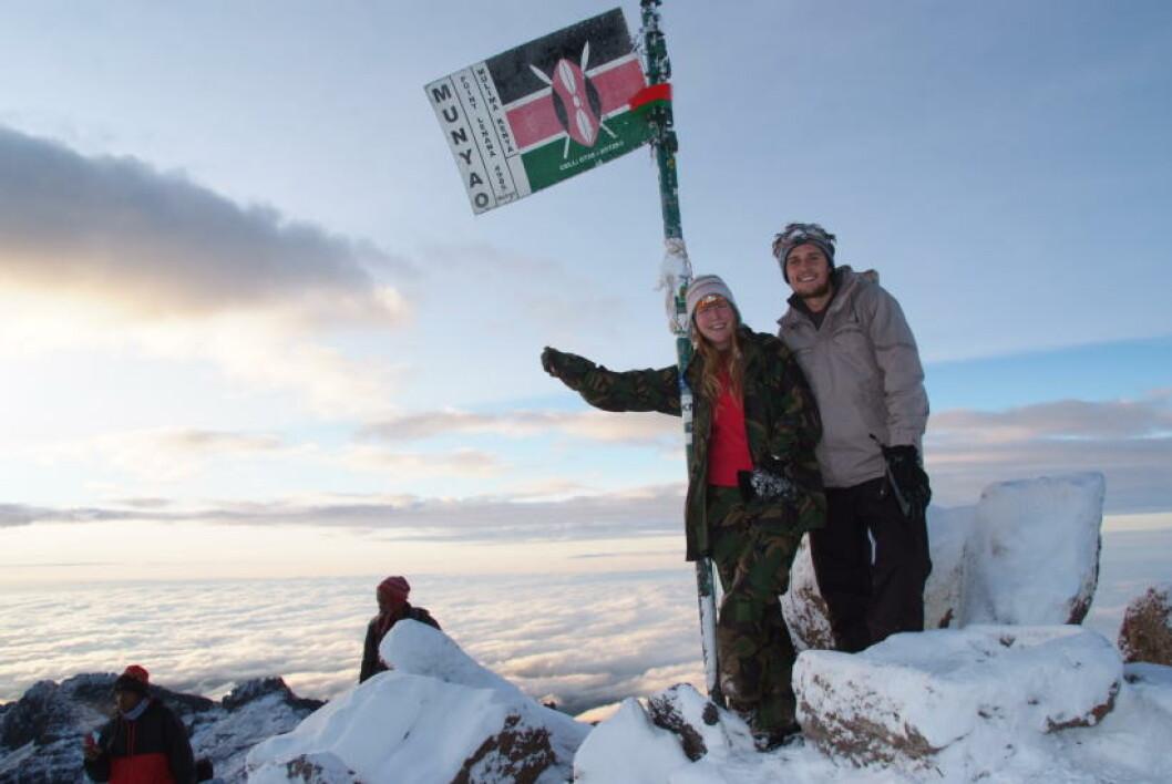 <strong>(NESTEN) TOPPEN AV AFRIKA:</strong>  Flagget på toppen av Mt. Kenya ble plantet der da landet ble selvstendig i 1963. Lindsay Rushforth og Thomas Huggon gjør som alle andre - tar seiersbildet. Foto: RONNY FRIMANN