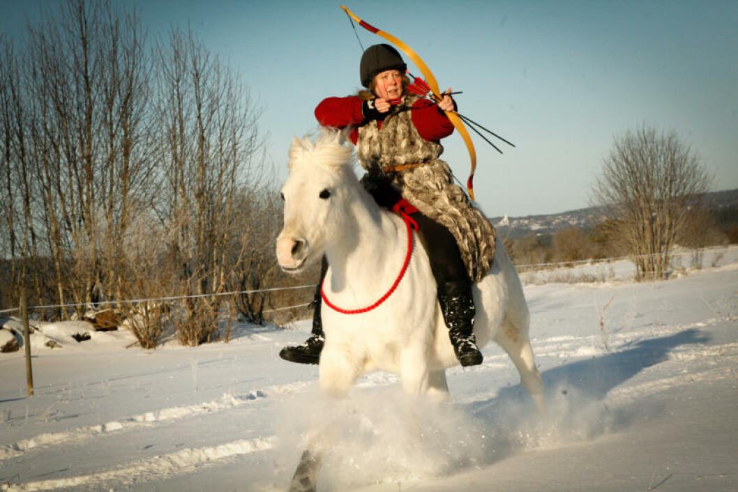 <strong>OPPVISNING:</strong> Som del av aktivitetstilbudet i Camp Norway kan du prøve deg på bueskyting fra hest, som Ylva Voxmark gjør her. Bare at i Rättvik vil hesten være mekanisk. Foto: DALECARLIAN HORSE ADVENTURE