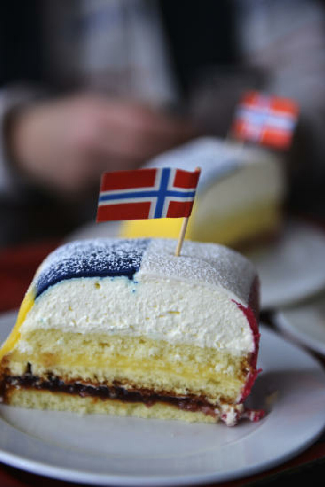 <strong>HURRA FOR NORGE:</strong> På Fricks Konditori i Rättvik har de laget sin egen norgestårta - med en egen forbrødringstvist på flaggfargene. Foto: GJERMUND GLESNES