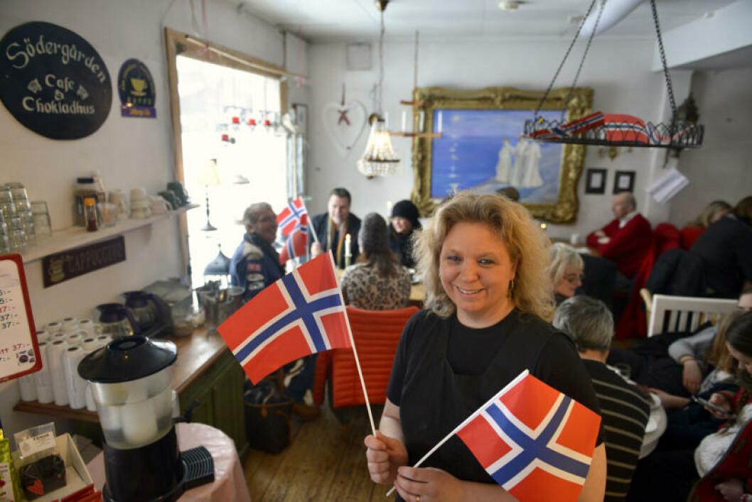 <strong>VÄLKOMNA:</strong> Louise Ohlén har pyntet Södergården Café med norske flagg, og lover å ikke bli sur selv om Petter Northug skulle vinne alle rennene. Foto: GJERMUND GLESNES