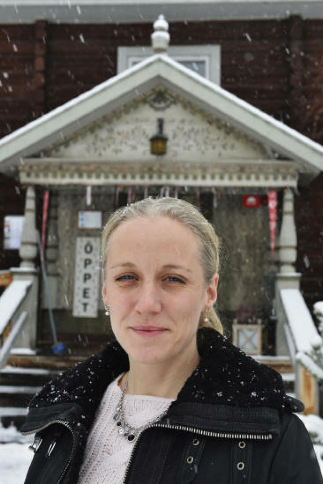 <strong>HÅPER PÅ STORINNRYKK:</strong> Lisa Clason er et av medlemmene i kooperativbutikken Handslaget, som selger kunsthåndverk i et tømmerhus i Rättvik. Foto: GJERMUND GLESNES