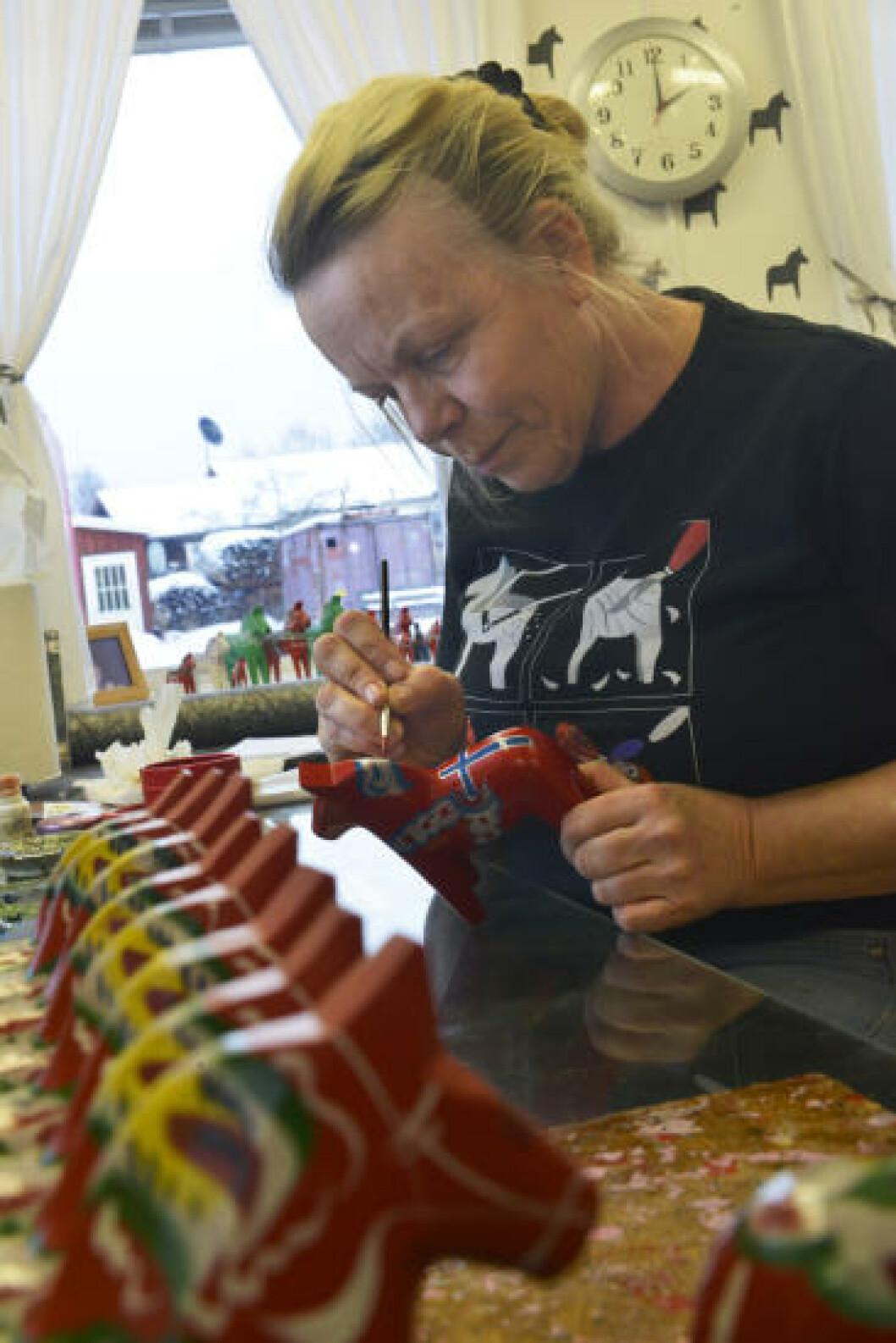 <strong>STØ PÅ LABBEN:</strong> Tre minutter bruker Kerstin Reuterborg i Nils Olsson hemslöjd på å male en dalahest. Akkurat denne, et prøveeksemplar på en norsk hest, tok litt lenger tid. Foto: GJERMUND GLESNES