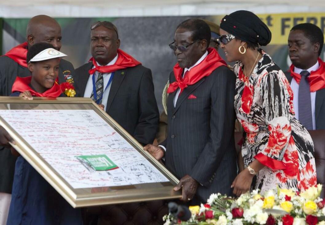 <strong>FEIRING:</strong> Zimbabwes diktator Robert Mugabe feiret 91-årsdagen lørdag kveld med Afrika-kake, elefanter og stor fest. Prislappen: Nærmere 8 millioner kroner. Foto: AFP PHOTO / JEKESAI NJIKIZANA