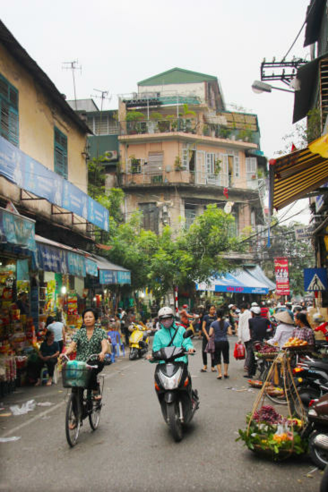 HANOI: Finn deg en hyggelig bar eller gaterestaurant, og vent på at fantastiske fotomotiv suser forbi. Foto: KJERSTI VANGERUD