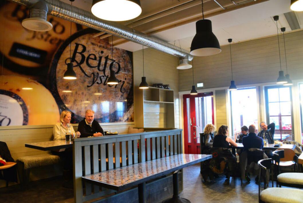 <strong>OST OG ØL:</strong> I kafeen til Opplevelsessenteret kan du slappe av med ostefat og egenprodusert øl. Foto: TORILD MOLAND