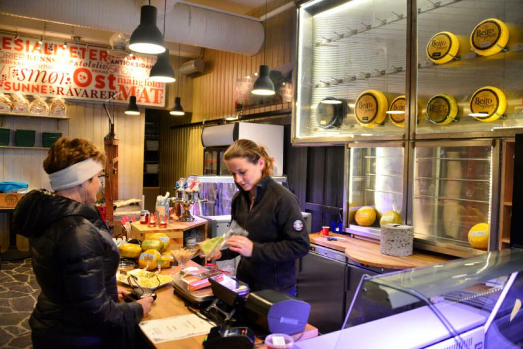 <strong>LOKALE VARER:</strong> Beito opplevelsessenter er både produksjonslokaler, kafe og butikk, der det også selges andre lokalproduserte varer. Foto: TORILD MOLAND