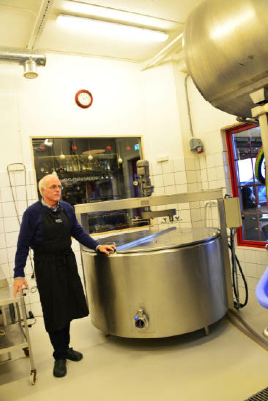 <strong>SAKTE OST:</strong> Trond Wahlstrøm mener osten blir bedre om den lages sakte, og med kjærlighet. Så her går det meste for hånd, i sakte tempo. Foto: TORILD MOLAND