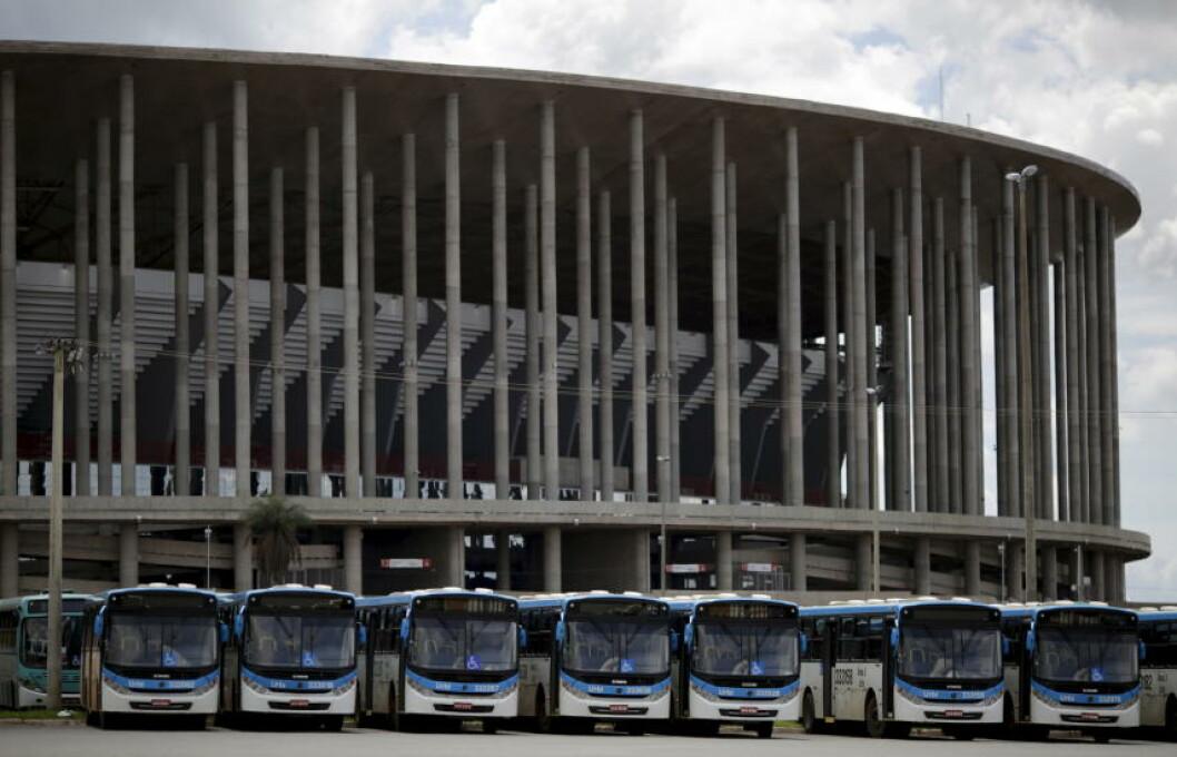 <strong>PARKERINGSPLASS:</strong> Under fotball-VM i fjor sommer fotballstadion Mané Garrincha i Brasilia et samlingspunkt. Nå - snart et år etter - er det bare en parkeringsplass for busser utenfor stadionveggene. Foto: REUTERS/Ueslei Marcelino