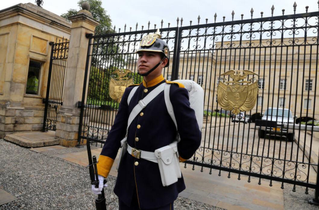 <strong>TRADISJONELL:</strong> Utenfor presidentpalasset står vaktene oppstilt i sine stilige uniformer, som er kopier av eldgamle klær. Foto: EIVIND PEDERSEN