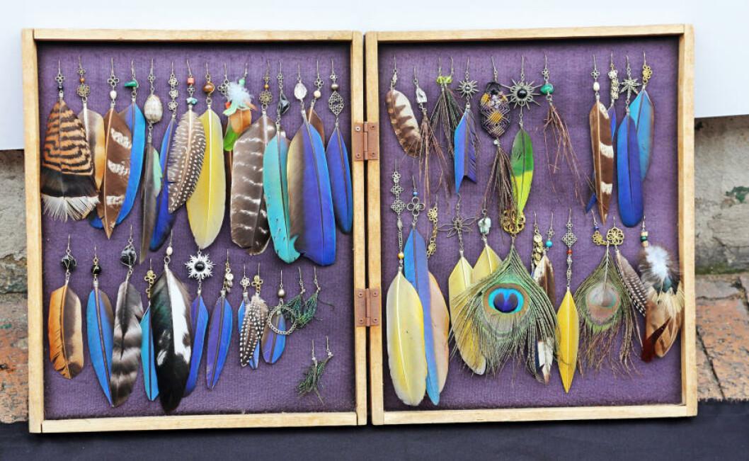 <strong>SMYKKER:</strong> Mange av de spesielle smykkene er laget av påfuglfjær. Foto: EIVIND PEDERSEN