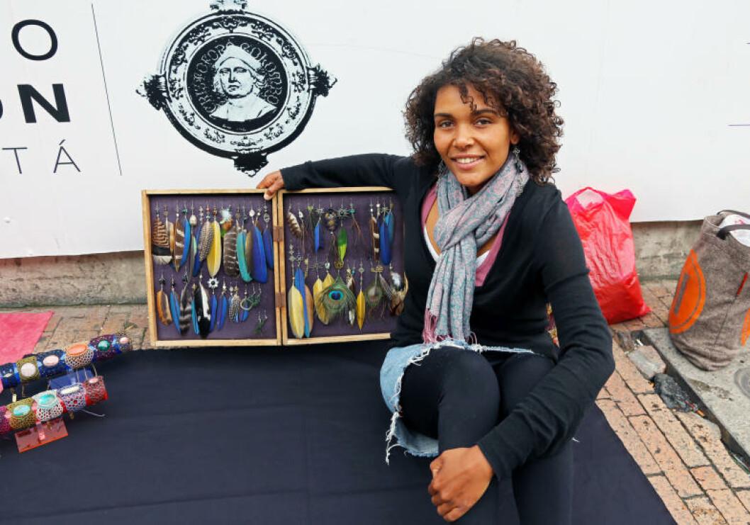 <strong>LEKKERT:</strong> Denne smykkekunsteren selger sine kunstverk på fortauet i Bogota. Foto: EIVIND PEDERSEN