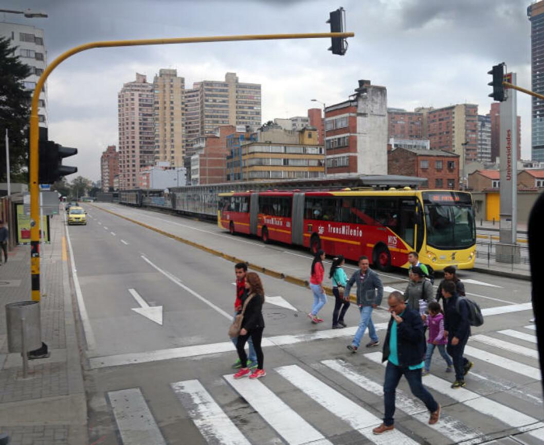 <strong>BUSSTOG:</strong> Ekstra lange leddbusser som kjører egne traseer, transmileno, utgjør en viktig del av kollektivtrafikken i Bogota. Foto: EIVIND PEDERSEN