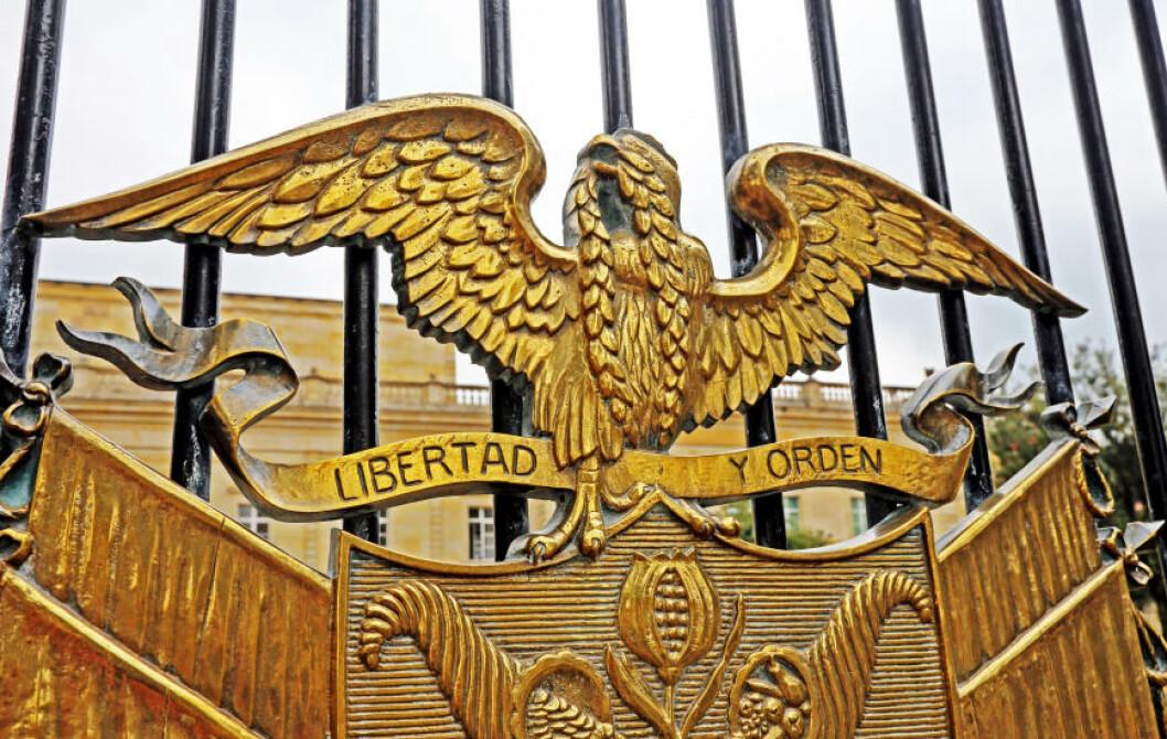 <strong>FRITT:</strong> Den gullforgylte figuren foran presidentpalasset gir klart budskap: Frihet og orden. Foto: EIVIND PEDERSEN