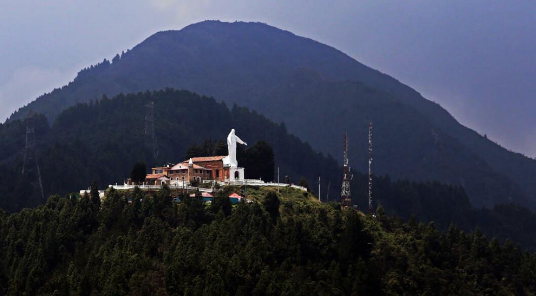 <strong>PASSER PÅ:</strong> Denne figuren forestiller jomfru Maria og er plassert på en fjelltopp, høyt over Bogota. Foto: EIVIND PEDERSEN