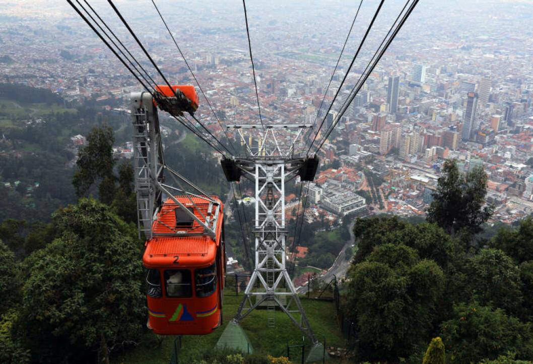<strong>HØYBY:</strong> Svevebanen opp til fjellet Monserrate på drøyt 3100 meters høyde, gir det et fraktfullt skue utover Bogota. Foto: EIVIND PEDERSEN