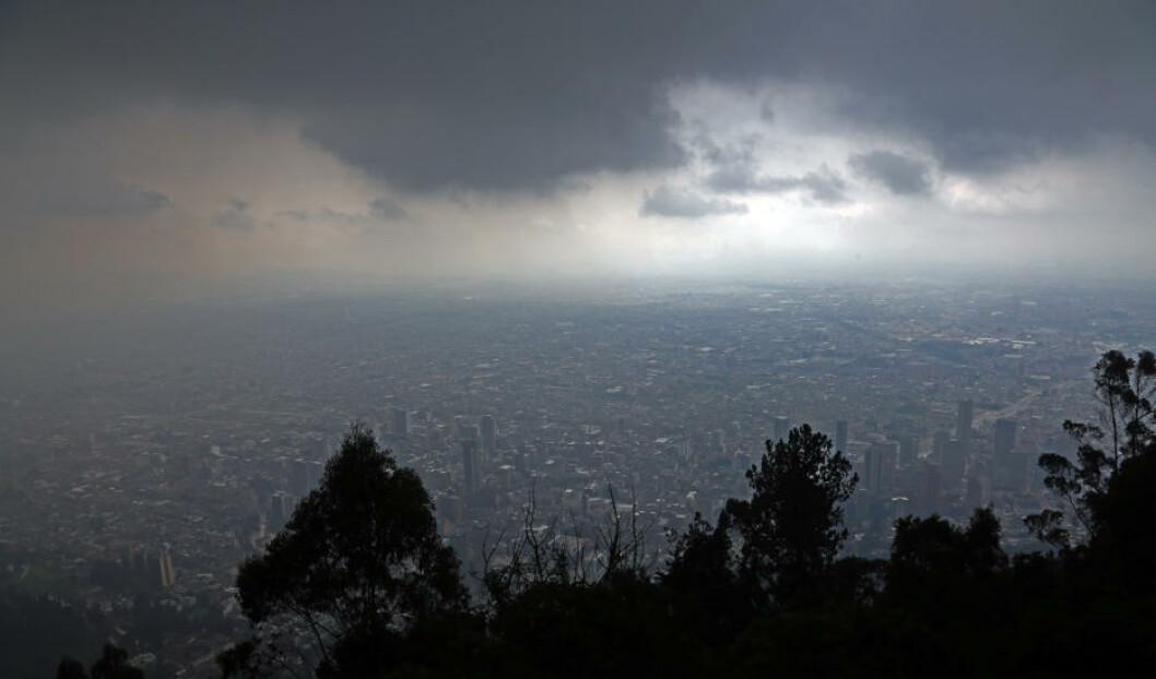 <strong>TROLSK:</strong> Det er sjelden langt mellom regnbygene i Bogota. Her er byen fotografert fra fjellet Monserrate, mellom to regnskyll. Foto: EIVIND PEDERSEN