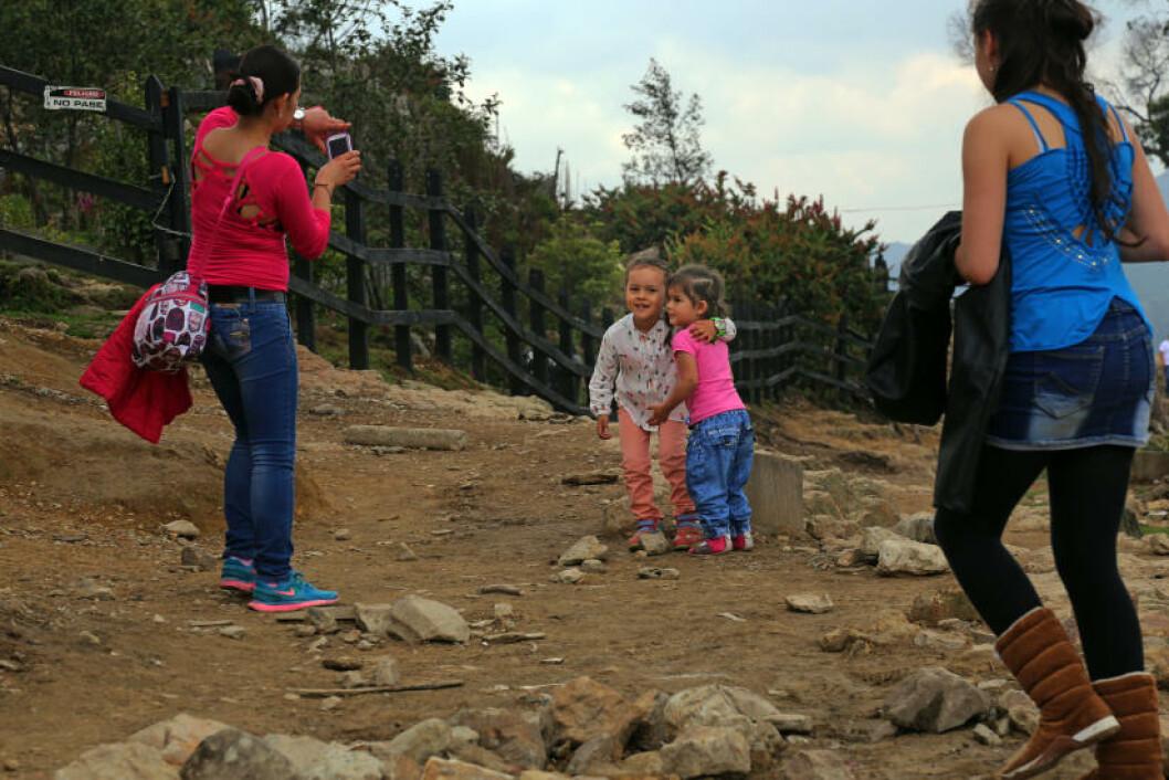 <strong>SMIL:</strong> Disse småjentene syntes det var stas å bli fotografert.  Foto: EIVIND PEDERSEN