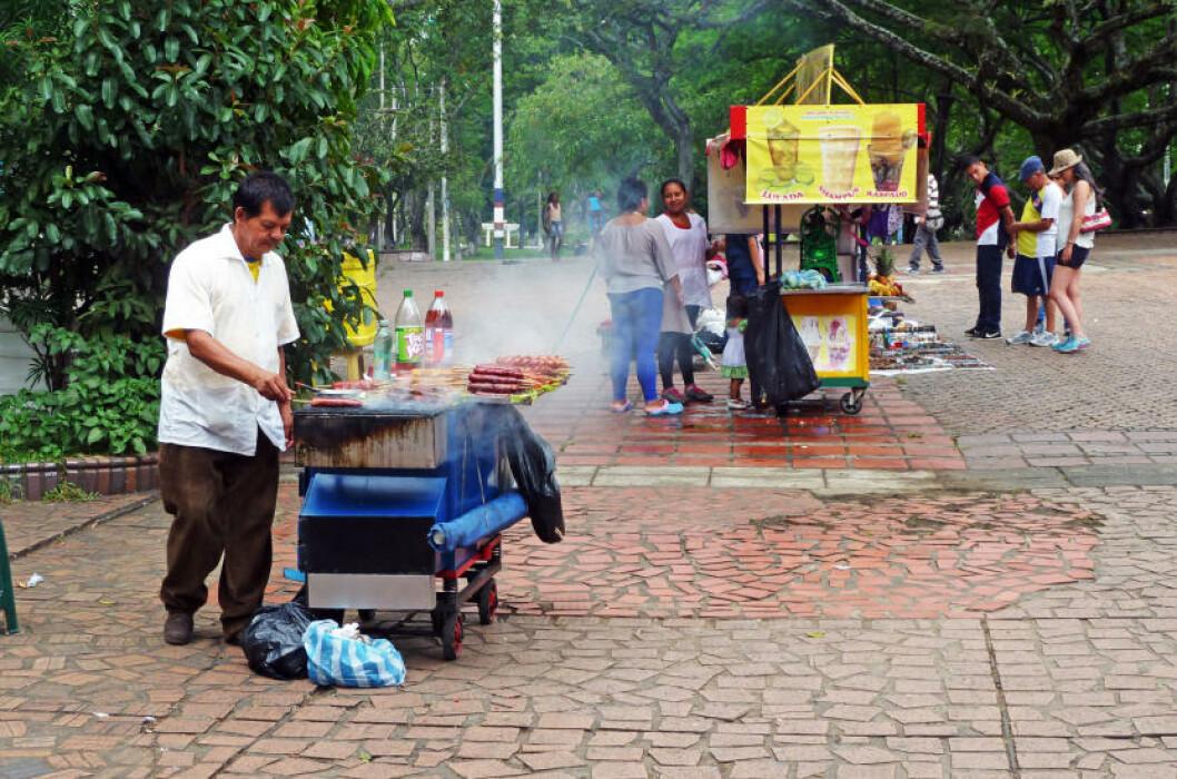 <strong>GRILLKOS:</strong> Det er aldri langt mellom grillutsalgene i Colombia. Her får du servert overraskende gode pølser og annet snadder. Foto: EIVIND PEDERSEN