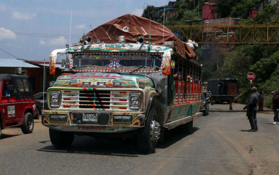 <strong>BUSS:</strong> Når du kjører landeveien i Colombia, kan du være så heldig å møte en tradisjonell chiva. Det er en spesiell transportmetode for både mennesker, dyr og gods. De fargerike kjøretøyene er landeveiens sirkusvogner. Foto: EIVIND PEDERSEN