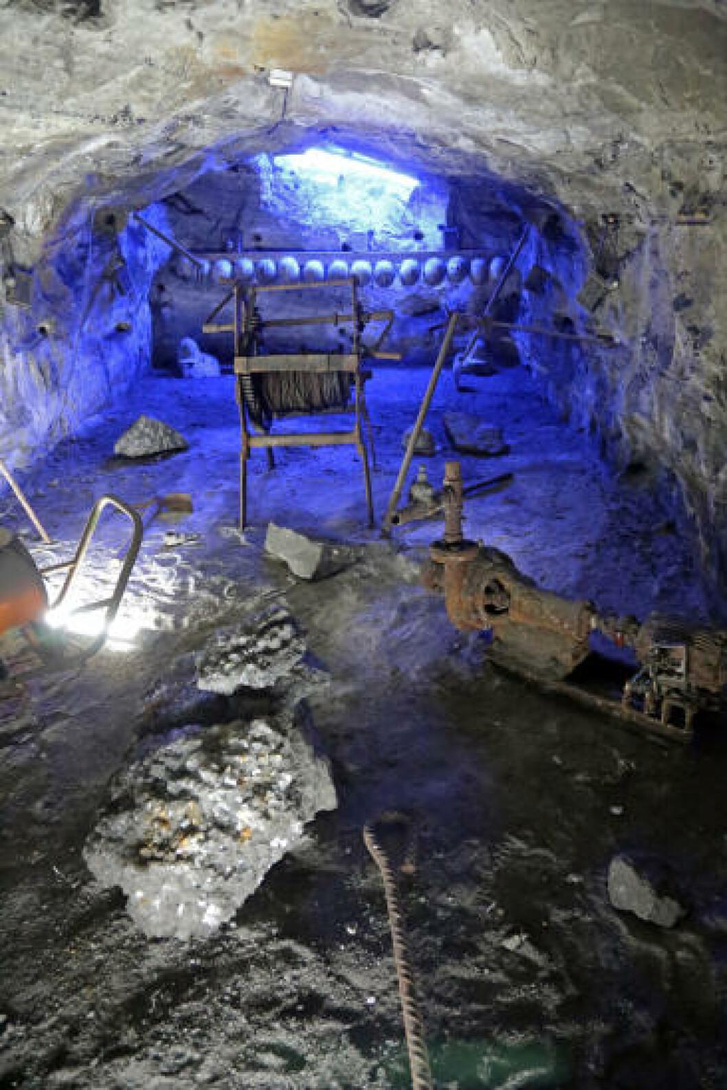 <strong>HEDRES:</strong> I en autentisk, gammel gruvesjakt er utstyr fra en svunnen tid plassert, slik at de besøkende får et innblikk i slitet som var i saltgruven. Foto: EIVIND PEDERSEN