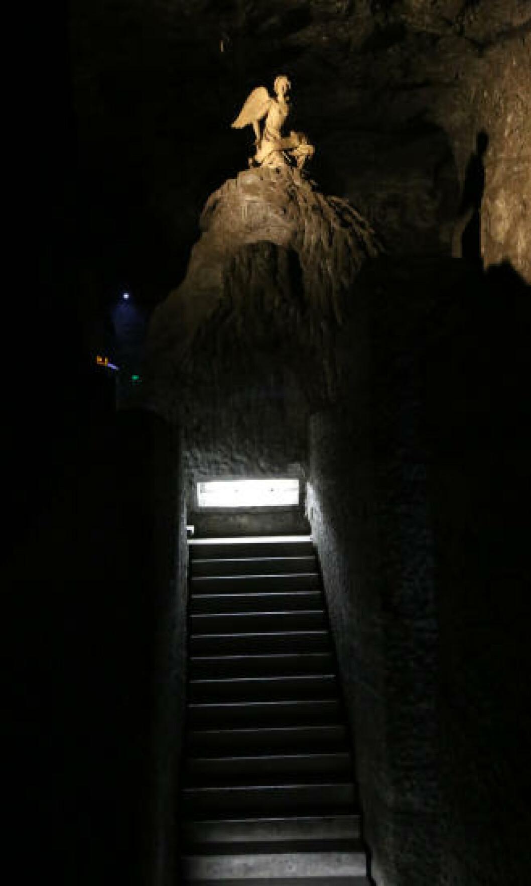 <strong>HOGD:</strong> Det er fascinerende å tenke på at alt du ser, faktisk er hogd ut i saltstein. Denne trappen fører ned til en av inngangene i Saltkatedralen. Foto: EIVIND PEDERSEN
