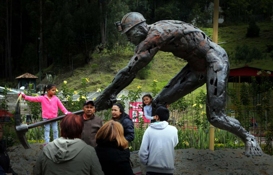 <strong>SLIT:</strong> Utenfor de eldgamle saltgruvene står denne statuen som er satt opp i ærbødighet for gruvesluskenes strevsomme og farlige liv. Foto: EIVIND PEDERSEN