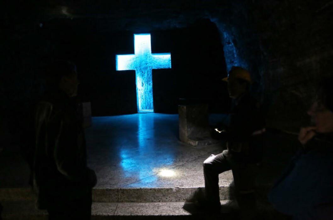 <strong>KAPELL:</strong> Innover i gruvegangene passerer du ikke mindre enn 14 uthogde kapeller, alle utstyrt med kors som er hogd rett inn i saltsteinsfjellet. Foto: EIVIND PEDERSEN