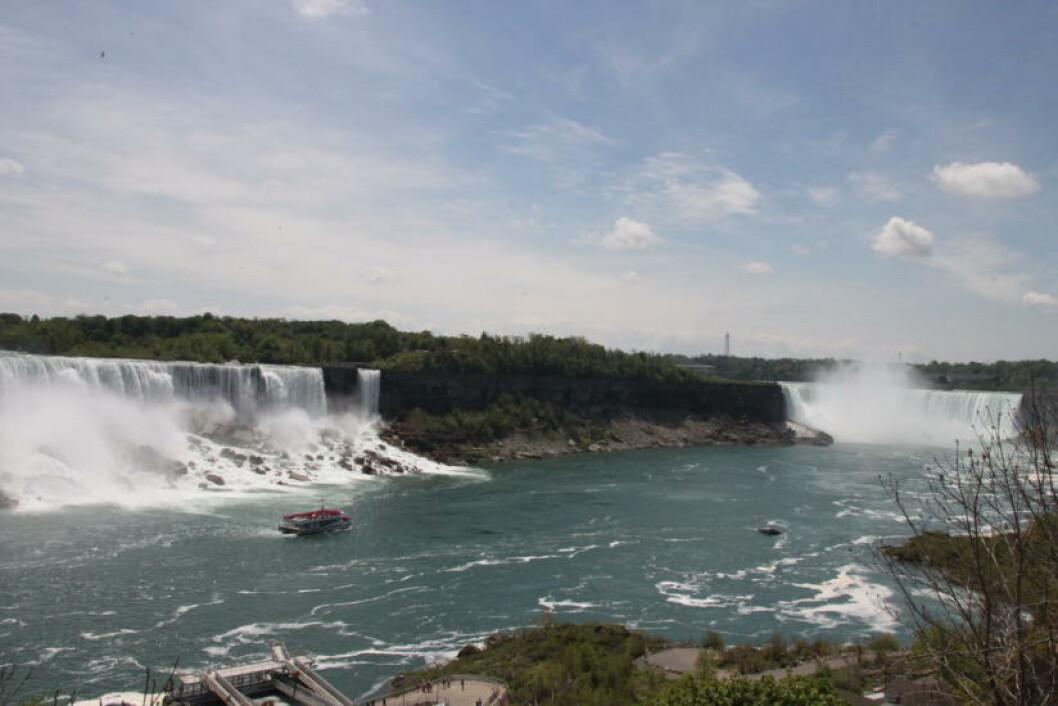 <strong>NIAGARAFALLENE:</strong> Her buldrer vannet over i fritt fall i American Falls til venstre, Bridal Veil og Horseshoe Falls - sett fra kanadisk side. Foto: SOLVEIG BÅDSVIK