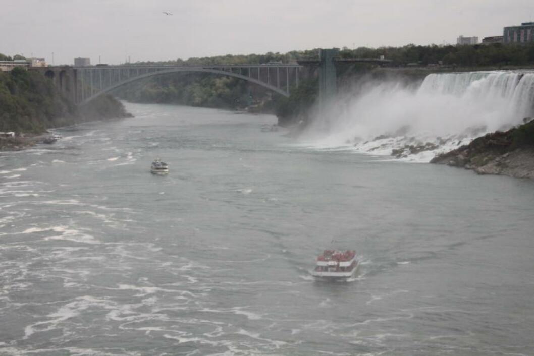 <strong>REGNBUE-BRUA:</strong> Niagarafallene kan oppleves både fra den amerikanske og kanadiske siden. Regnbue-brua ble bygget i 1941 og forbinder de to landene. Det tar ikke mer enn fem minutter å krysse brua og grensen til fots. Og vips så ser du fossefallene fra en ny vinkel. Men husk pass. Foto: SOLVEIG BÅDSVIK