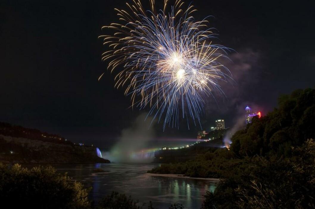 <strong>SPEKTAKULÆRT:</strong> Niagarafallene er om mulig enda mer spektakulære etter mørkets frembrudd, med fyrverkeri og belysning av fossene. Foto: ALISA WOODS