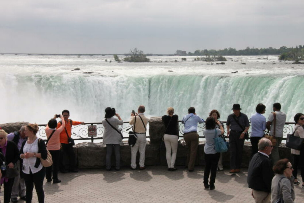 <strong>TURISTMÅL:</strong> Årlig besøker 13 millioner turister Niagarafallene. Foto: SOLVEIG BÅDSVIK