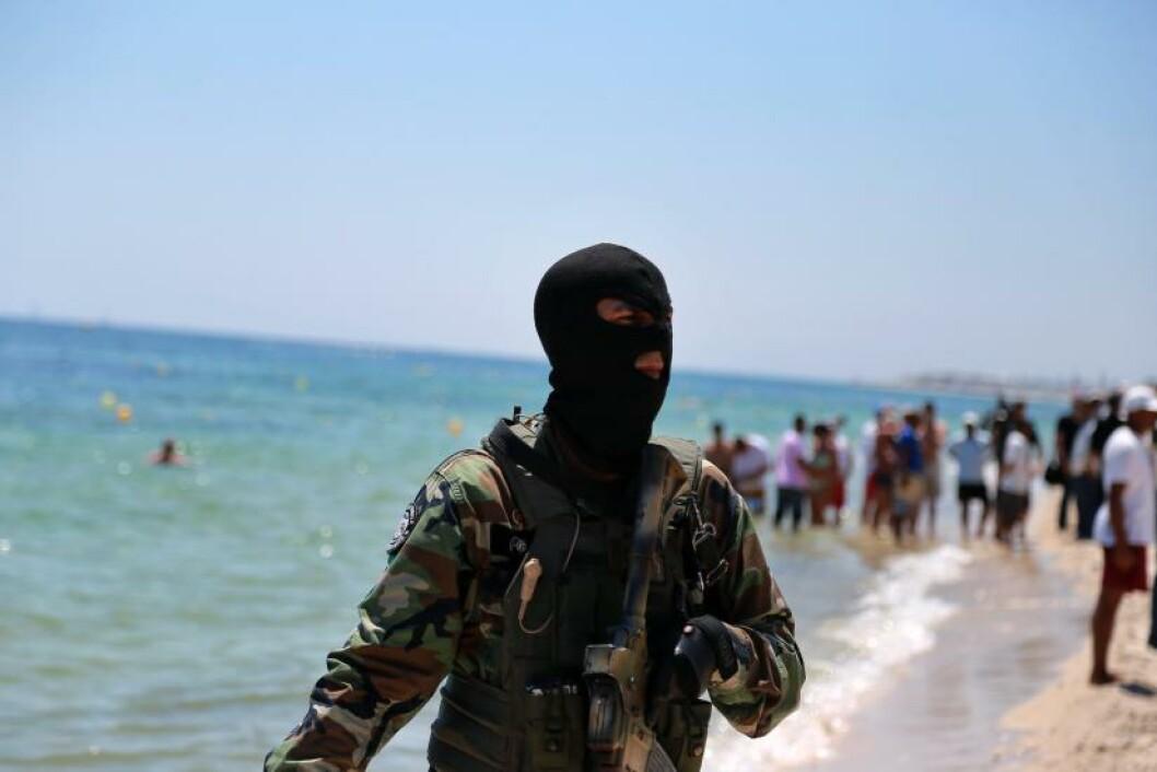<strong>TUNGT BEVOKTET:</strong> Stranda i Sousse er nå tungt bevoktet av væpna sikkerhetsfolk. Foto: EPA/STR/NTB Scanpix