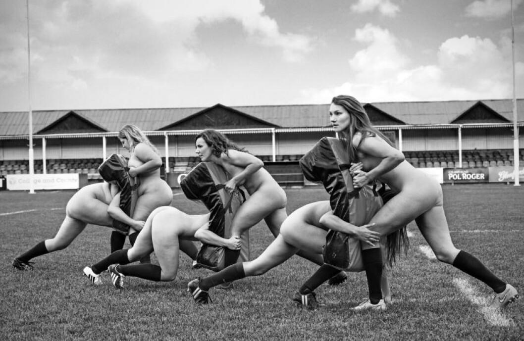 <strong>TAKLER:</strong> Rugby-spillerne viser hvordan det takles. Foto: Mark Barnfield