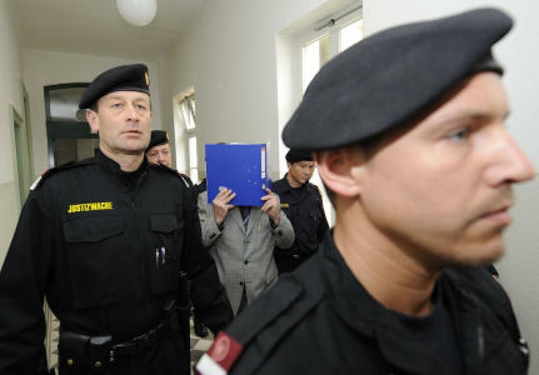 <strong>I RETTEN MED RINGPERM:</strong> Josef Fritzl møtte i retten i dag. Han holdt en ringperm foran ansiktet. Foto: APA/Pool