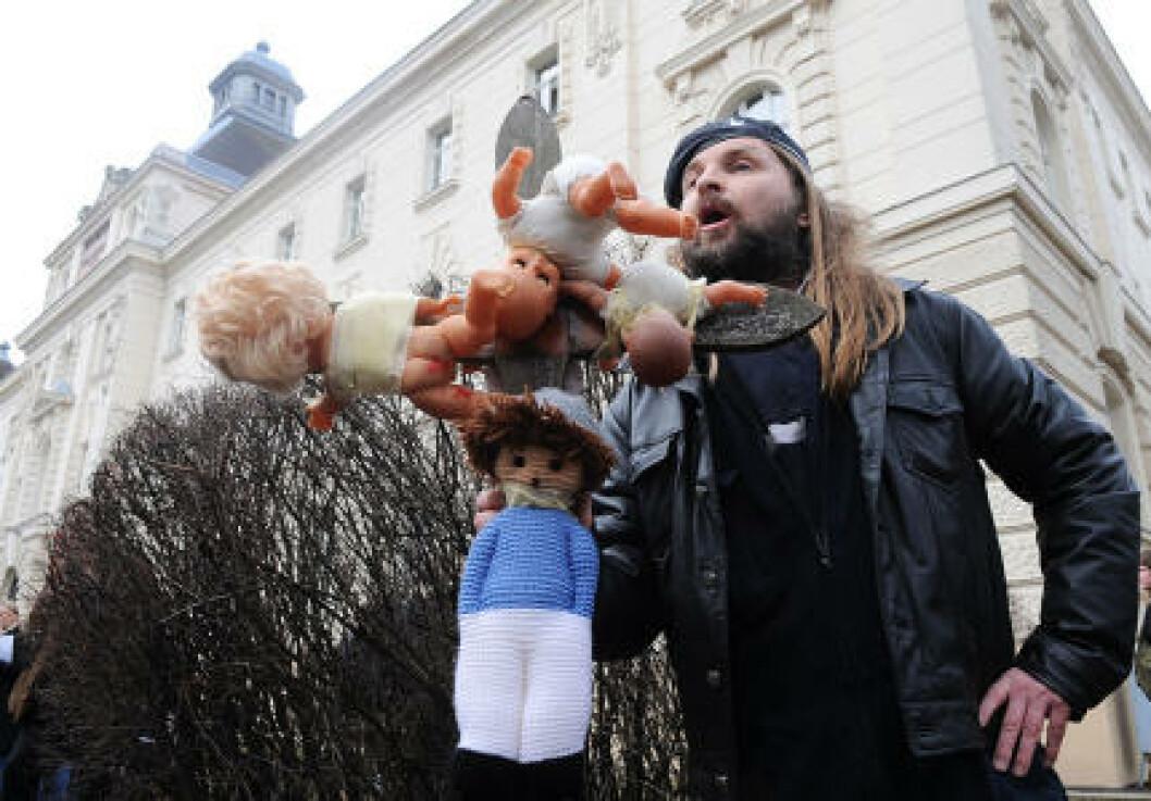 <strong>FIKK OPPMERKSOMHET:</strong> Performance-kunstnere og demonstranter skapte kaos før starten på rettssaken mot Josef Fritzl. Foto: Scanpix/Reuters
