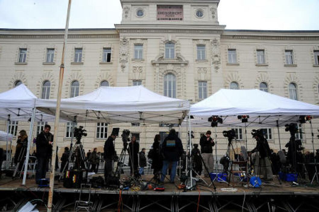 <strong>STORT OPPMØTE:</strong> Pressen har fått et eget stort telt utenfor salen. Foto: Øistein Norum Monsen