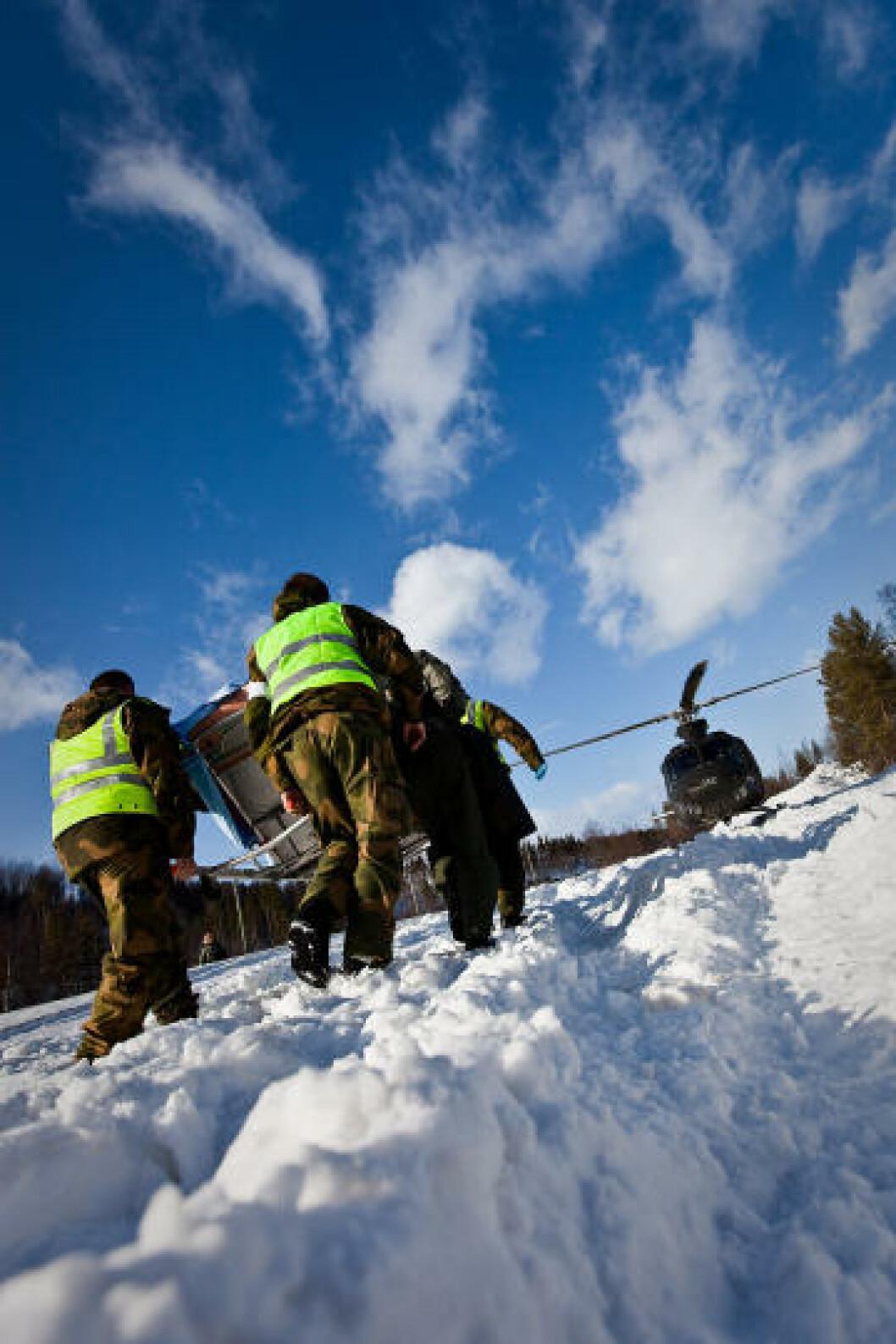 En markør bæres på båre til medevac-helikopter under sanitetsøvelse. Foto: Erik Drabløs/Forsvaret