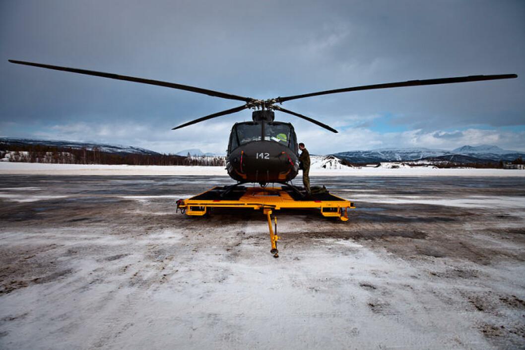 Et Bell 412-helikopter står parkert på Bardufoss flystasjon. Foto: Erik Drabløs/Forsvaret