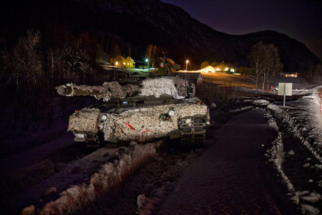 En Leopard 2A4 stridsvogn i mørket ved E6 i Målselv under Cold Response 2009. Foto: Erik Drabløs/Forsvaret