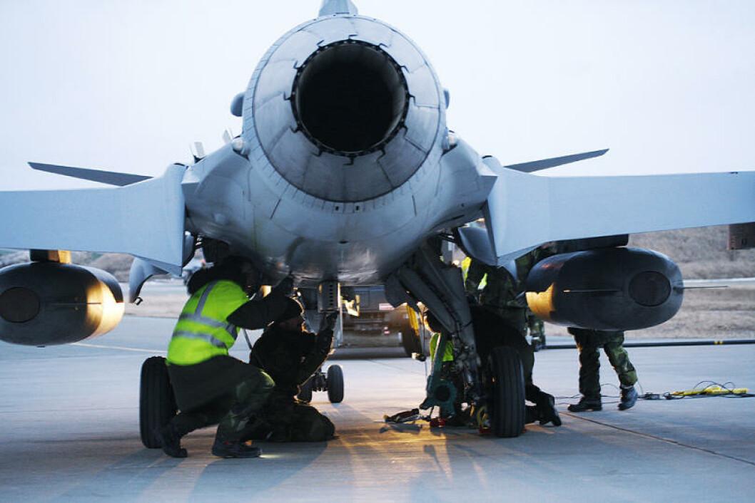 Vedlikehold av JAS Gripen. Svenskene har både fly og infanterister på plass i nord. Foto: Ove Ronny Haraldsen/Forsvaret
