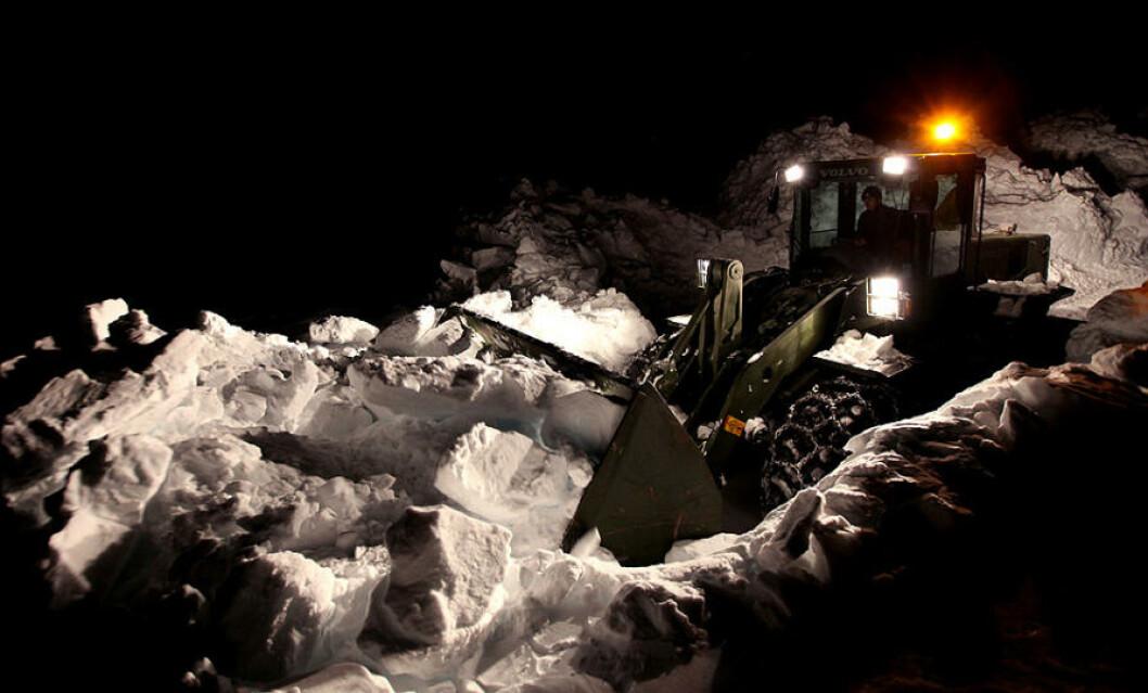Soldater fra Ingeniørbataljonen brøyter snø i forkant av øvelsen. Foto: Lars Magne Hovtun/Forsvaret