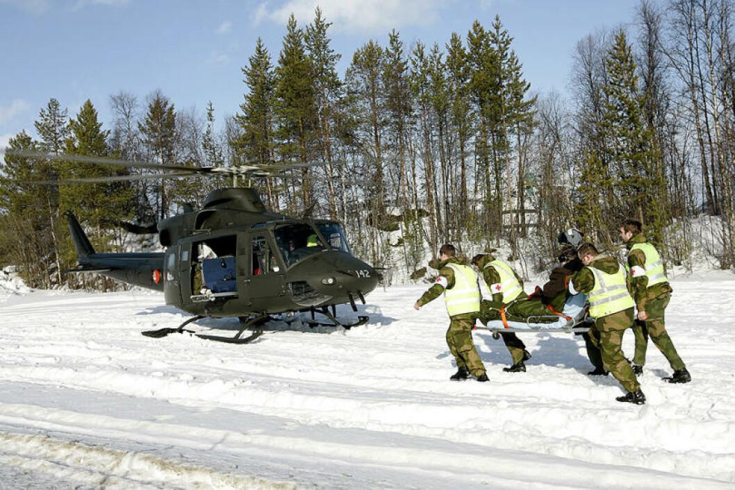 Bell 412 SP fra 339 skvadronen deltar på en sanitetsøvelse. Foto: Torbjørn Kjosvold/Forsvaret